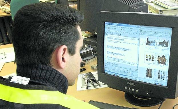 Agente de la Policía Nacional rastrea contenidos pedófilos en un ordenador. /EFE
