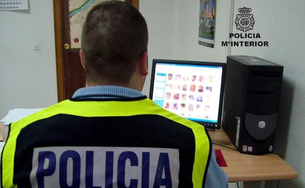 Imagen de archivo de un policía nacional durante una investigación. /