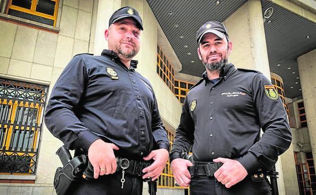 El oficial Francisco Martín (izquierda, junto a su compañero Álvaro López, en comisaría. /Fernando Torres