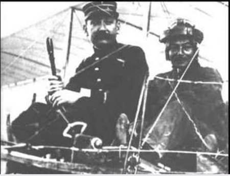 Đây là người phi công đầu tiên của VN , Đỗ Hữu Vị (1881-1916) trên máy bay Blériot, ông là con của Tổng Đốc Phương .