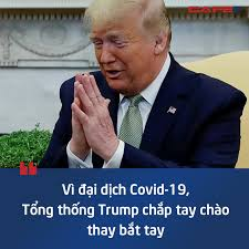 Trump chap tay chao