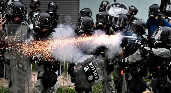 Cảnh sát Hồng Kông bắn lựu đạn hơi cay về phía người biểu tình.