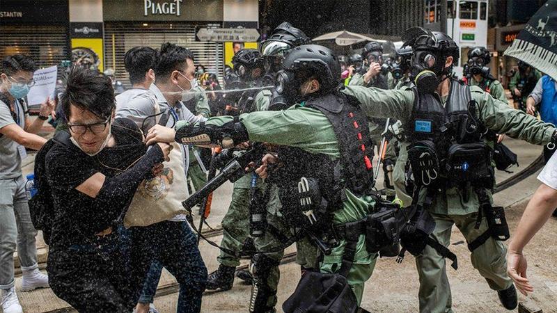 Cảnh sát xịt hơi cay để giải tán nhóm người biểu tình phản đối dự luật an ninh quốc gia ở Hồng Kông ngày 24.5