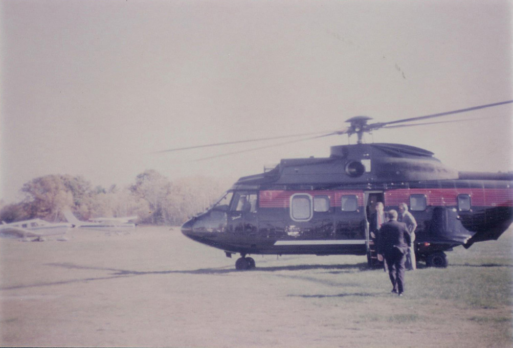 Donald Trump (bên trái) đi xuống từ chiếc trực thăng riêng ở bãi đáp Hampton Air eld tại New Hampshire, tháng 10/1987. Mike Dunbar đi tới chiếc trực thăng để đón ông (Ảnh do Mike Dubar cung cấp)