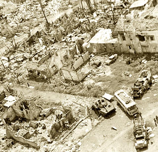 Chiến xa địch bị bắn cháy khắp các ngã đường