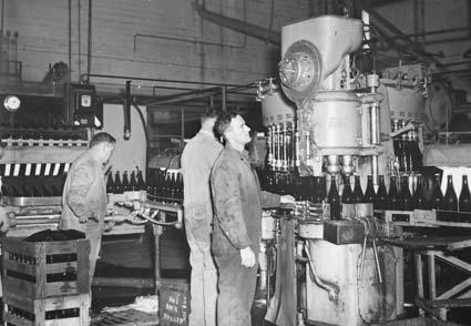 Dây chuyển đóng chai bia trong một nhà máy hiện đại năm 1945, Australia