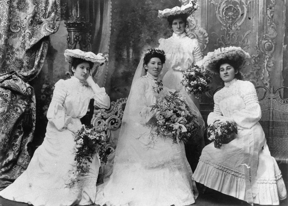 StateLibQld_1_43355_Bride_and_bridesmaids,_1900-1910.jpg (1000×717)