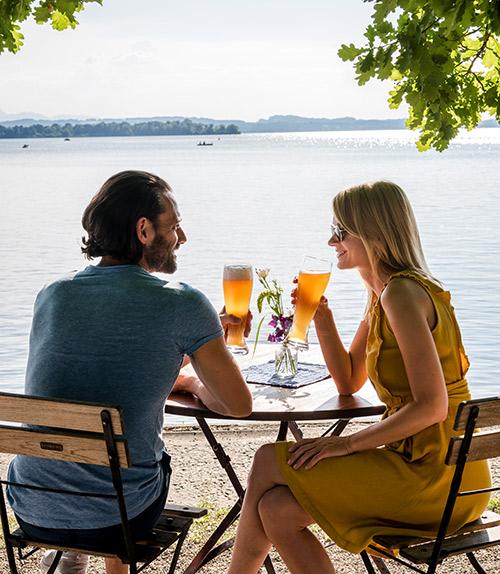 Chiemsee: una coppia beve birra in riva al lago