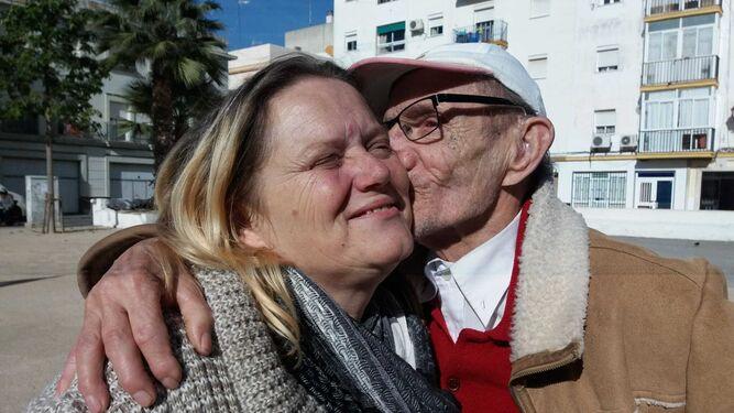 Ana Jiménez recibe un beso de su padre.