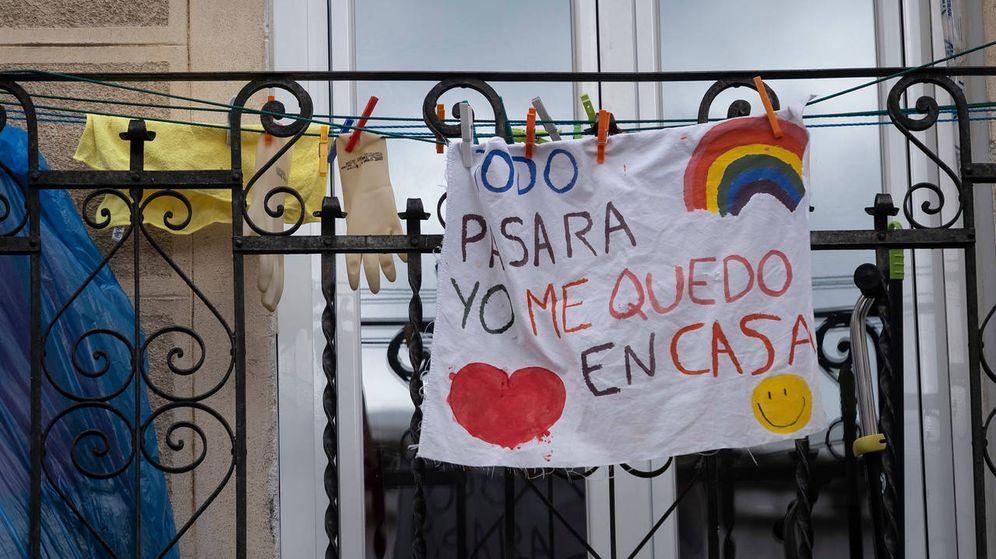 Foto: Una pancarta infantil colgada de un balcón en Madrid durante el estado de alarma. (Save the Children)