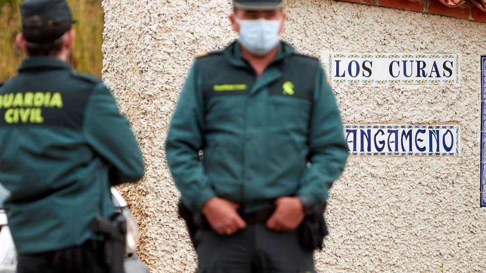 Foto: Una pareja de la Guardia Civil vigila el acceso a la finca Los Curas, este jueves, después de hallarse en el lugar los dos cadáveres. (EFE)