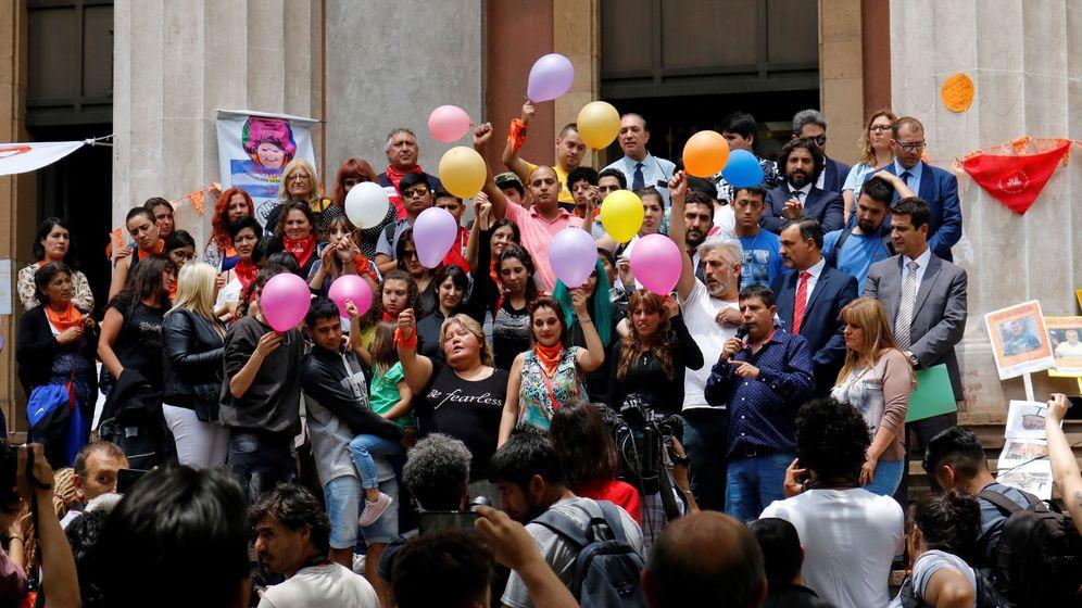Foto: Familiares, víctimas y grupos de apoyo, se manifiestan a las afueras de la corte este lunes en Mendoza (EFE)