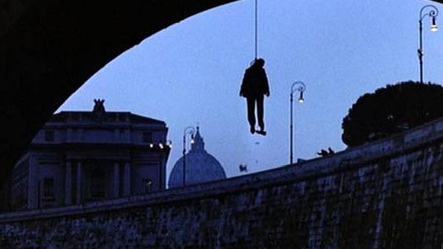 La escena de El Padrino III en la que se ve a Roberto Calvi ahorcado en un puente de Londres.