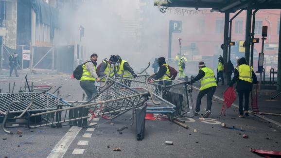 """Des           \""""gilets jaunes\"""" mobilisés à Toulouse, le 1er           décembre 2018."""