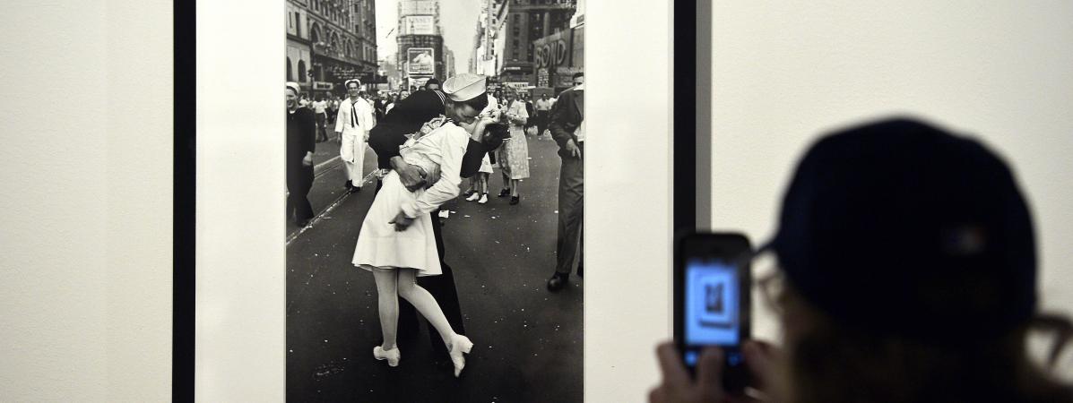 Une personne prend en photo le célèbre cliché du baiser pris par le photographeAlfred Eisenstaedtà Times Square en 1945 après l\'annonce de la fin de la Second Guerre mondiale.