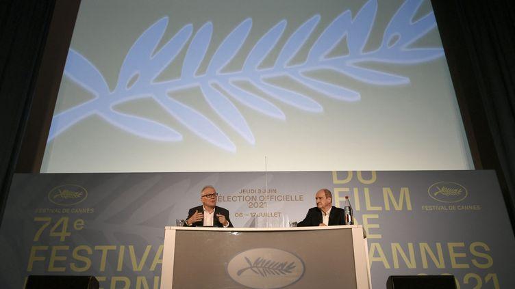 Thierry Frémaux, délégué général du Festival de Cannes et Pierre Lescure, directeur du Festival, conférence de presse d'annonce des films en compétition, 3 juin 2021 (STEPHANE DE SAKUTIN / AFP)
