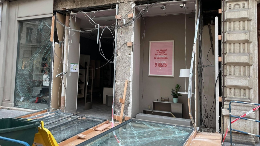 Lyon : la vitrine d'un magasin explose en pleine nuit, des individus en profitent pour dérober la caisse