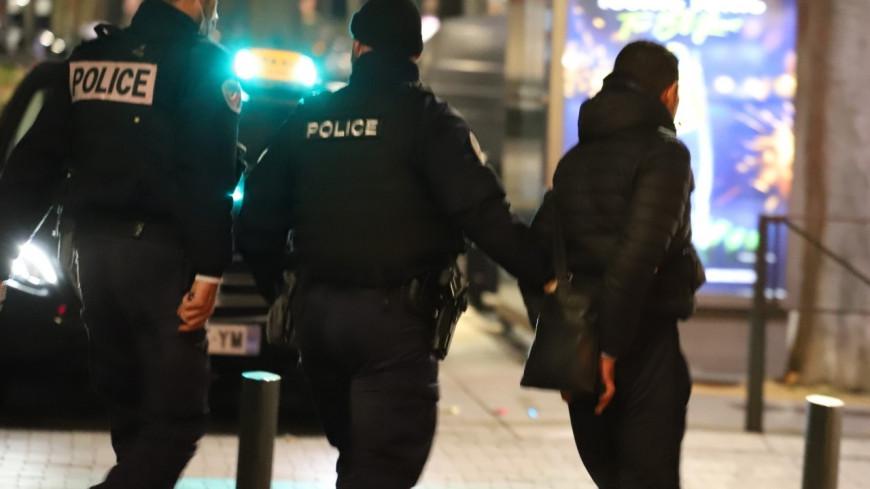 Près de Lyon : ivre, il mord et casse la main d'un policier