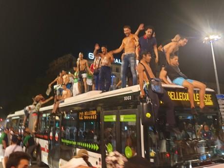 Des supporters sur un bus TCL - DR Twitter @Boateng__19