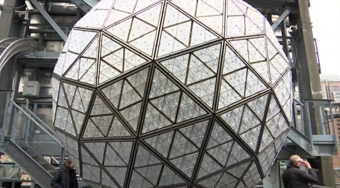 Gắn tấm pha lê kiểu mới cho quả cầu mừng năm mới ở Times Square
