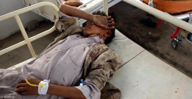 Un niño yemení herido recibe atención médica en un hospital tras ser víctima de un ataque aéreo supuestamente perpetrado por la coalición de Arabia Saudí en Saada (Yemen). Foto: EFE / Stringer