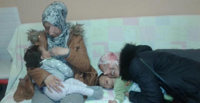 Nadia y Sumia, instantes después de reencontrarse con sus hijas, en el centro asistencial La Gota de Leche de Melilla.- CEDIDA