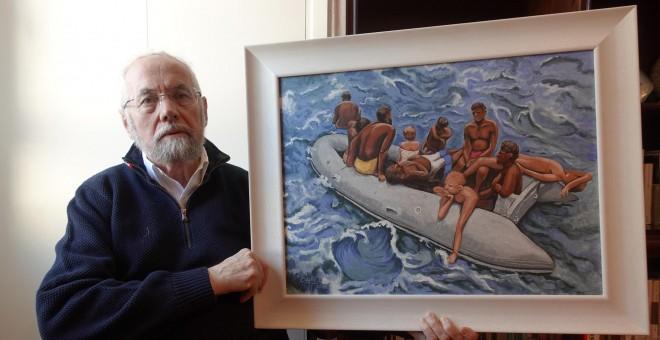 Enrique Martínez Reguera posa con una de sus cuadros en el salón de su casa.- JOSÉ BAUTISTA