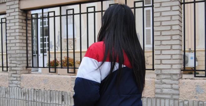 Naima, de 17 años, en las afueras del centro de acogida Gota de Leche, donde vive con su hermana.- IRENE QUIRANTE