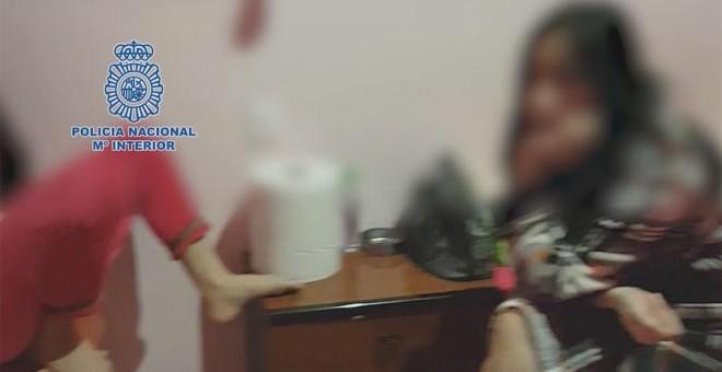 Una de las jóvenes asiáticas halladas en el prostíbulo. POLICÍA NACIONAL
