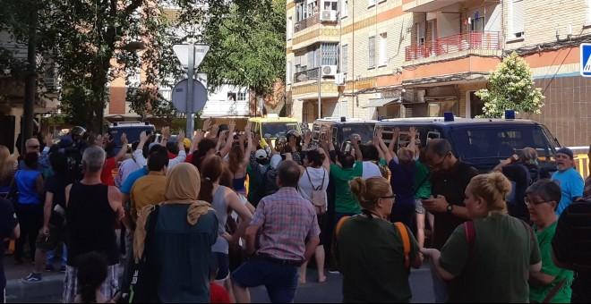 Decenas de vecinos se agolpan en la calle para tratar de impedir el desahucio de una mujer y sus hijos en Parla. /@AlertaDesahucio