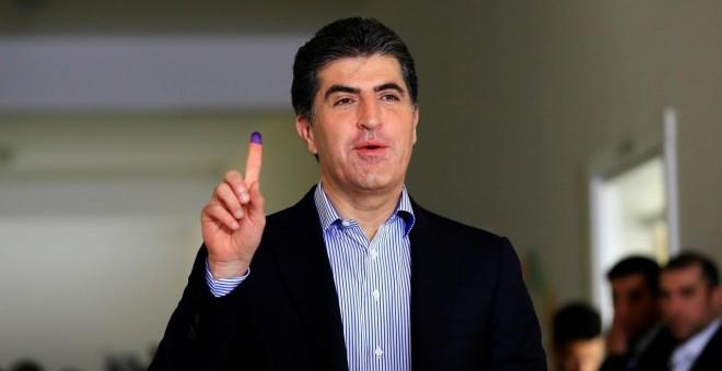30/09/2019 - El primer ministro del gobierno regional de Kurdistán, Nechirvan Barzani, muestra su dedo manchado de tinta después de emitir su voto en un colegio electoral durante las elecciones parlamentarias en la región semiautónoma de Erbil, Irak. REUT