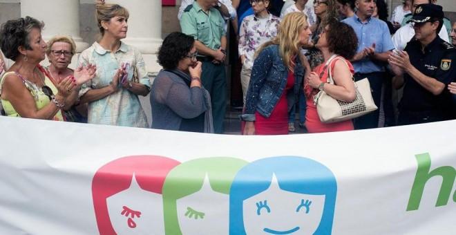 Concentración ante la subdelegación del Gobierno en Castellón en repulsa por el asesinato ayer de las pequeñas Nerea y Martina a manos de su padre. (Domenech Castelló / EFE)