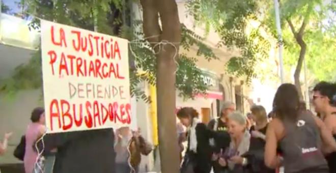 Pancarta de una manifestacion de apoyo a la madre uruguaya a las puertas del consulado de dicho país en Barcelona.