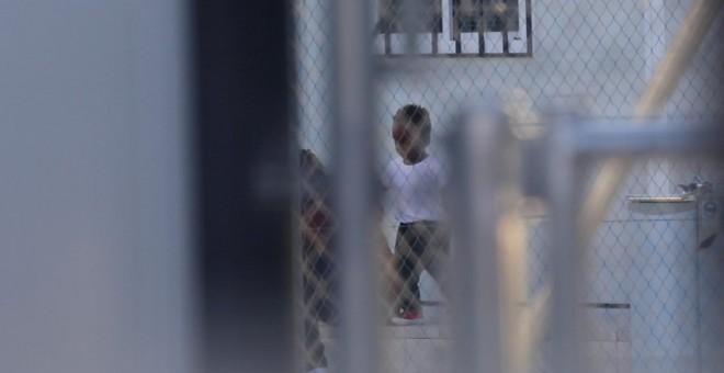 Un niño rescatado en patera y trasladado junto a su madre al CATE de Málaga el pasado 29 de Octubre.- ENTREFRONTERAS