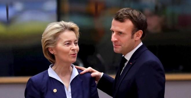 La presidenta de la Comisión Europea (CE), Ursula Von der Leyen (i), conversa con el presidente francés, Emmanuel Macron, durante la última cumbre del Consejo Europeo del año, este jueves en Bruselas (Bélgica). EFE/ Olivier Hoslet
