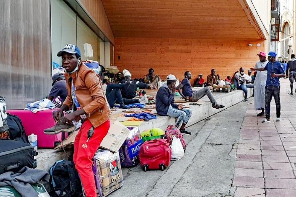 Africanos, en el casco antiguo de Lleida. FERRAN BARBER.