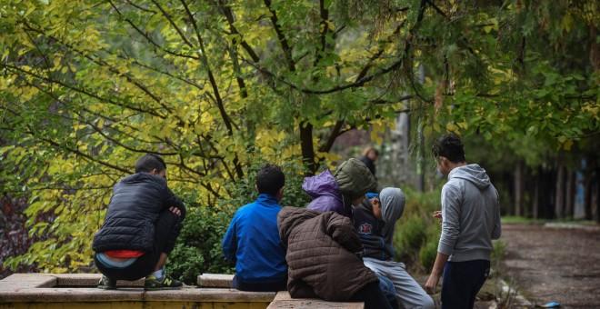 Un grupo de menores extranjeros no acompañados en el parque Isabel Clara Eugenia de Hortaleza, donde han estado viviendo durante meses tras fugarse de los centros de acogida.- PEDRO ARMESTRE / SAVE THE CHILDREN