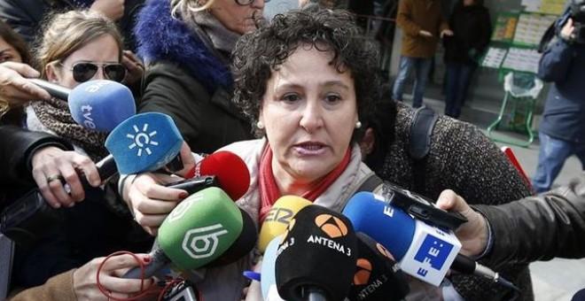 Fotografía de archivo de María Salmerón atendiendo a los medios de comunicación.