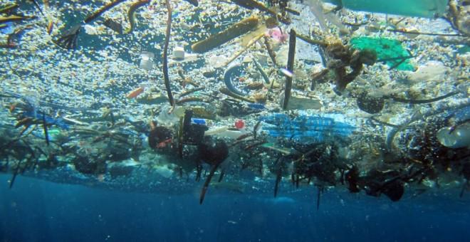 Sopa de plásticos flotando en el océano. /NOAA