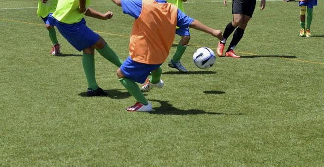 Foto de archivo de unos niños jugando al fútbol. / EFE