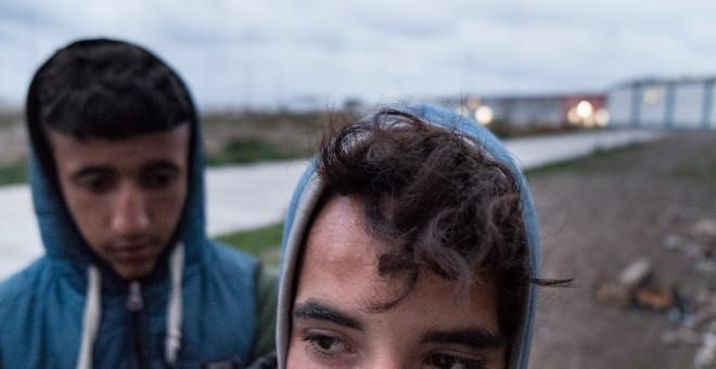 En Ceuta y Melilla no existen centros de larga estancia y los menores permanecen meses o años en centros preparados para pasar unas semanas, hacinados y a veces casi sin poder salir a la calle, por lo que muchos prefieren vivir en la calle, en las inmedia