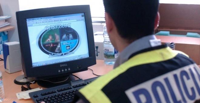 Un agente de Policía Nacional en una operación contra la pornografia infantil. EFE/Archivo