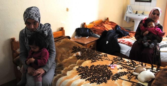 Las madres y sus hijas en un hostal de Melilla.- IRENE QUIRANTE