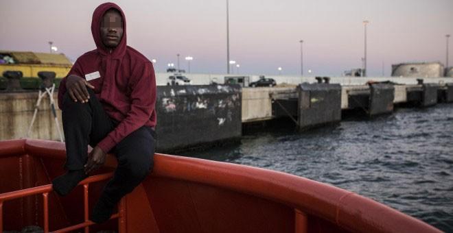 Abdoul Kalash, de 15 años y originario de Guinea Conakry, observa Algeciras desde el puerto, donde pasó durmiendo tres días seguidos tras ser rescatado en el Estrecho de Gibraltar cuando viajaba en una patera en julio de 2018. JAIRO VARGAS