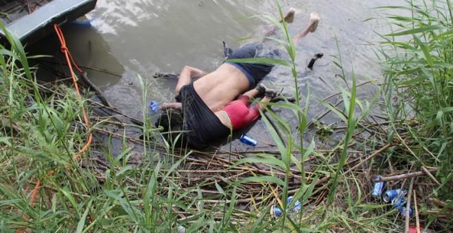 24.06.2019 / Fotografía a los cuerpos sin vida de un presunto migrante y su bebé a una orilla del Río Bravo en Matamoros, frontera con EE.UU., en el estado de Tamaulipas (México). EFE/ Abraham Pineda-Jácome
