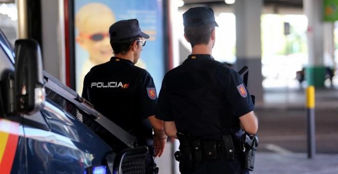 Imagen de archivo de unos agentes de la Policía Nacional. EP