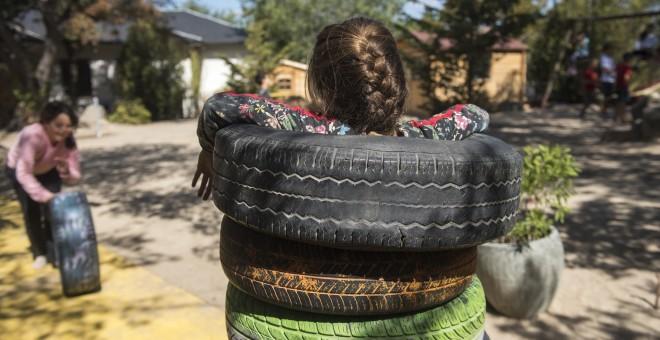 Una niña jugando en la escuela El Dragón. FERNANDO SÁNCHEZ.