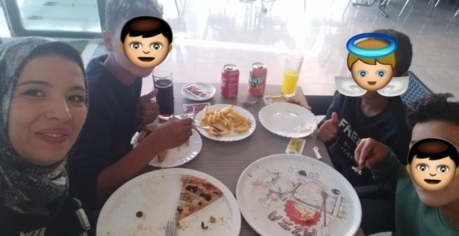 Nur Houda y los niños comiendo en una pizzería tras ser expulsados del McDonald's