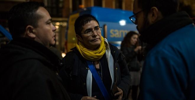 Marcela Pradenas, refugiada política chilena desde 1986, conversa con dos solicitantes de asilo venezolanos para informarle sobre las etapas del proceso y orientarles sobre los trámites.- JAIRO VARGAS