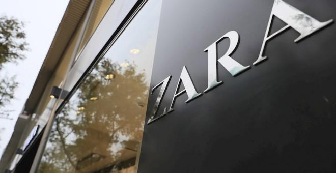 El logo de Zara, la principal enseña del grupo textil  Inditex, en una de sus tiendas en Madrid. EFE/ Fernando Alvarado